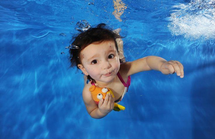 Ajari Bayi Berenang Yuk!! Untuk Perkembangan Iqnya - Bayi juga lebih mudah diajarkan berenang loh. Saat berenang perkembangan keseimbangan bayi aka...