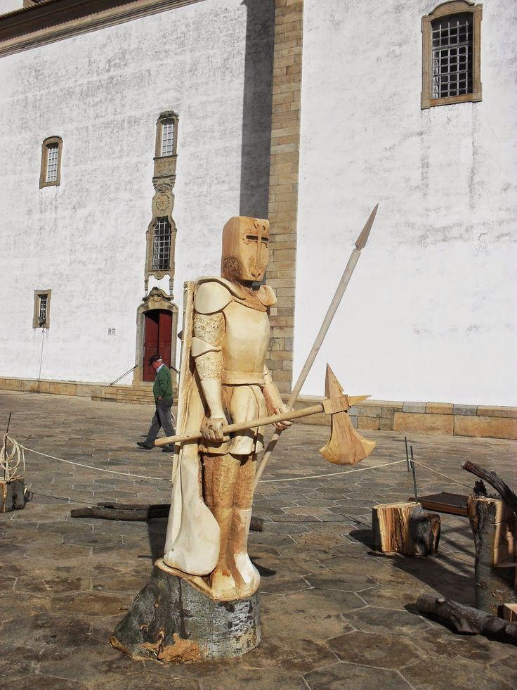 Delícias à Lareira: Castelo de Vide - Feira Medieval  Guerreiro de madeira Escultura com motosserra