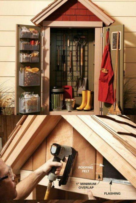 Небольшой шкаф для хранения садовых инструментов, который можно повесить на внешней стене гаража.
