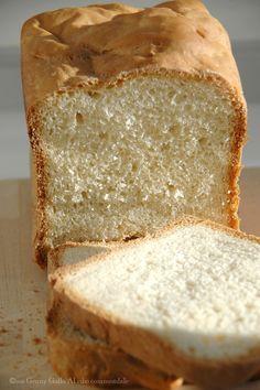 Ebbene si , faccio outing…anche io ho la macchina del pane!:D Io che adoro mettere le mani in pasta, schiacciare, sporcarmi di farina, quest'estate mi sono arresa e ho cercato una soluzione che mi permettesse di non accendere il forno e...