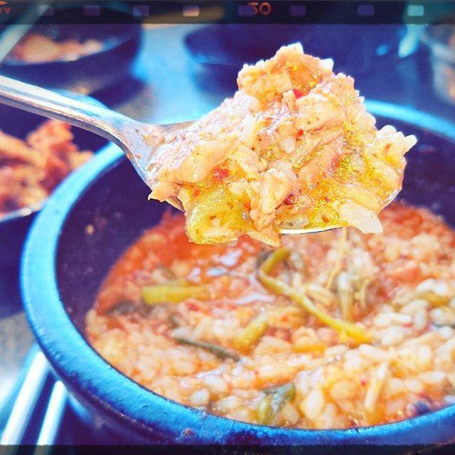 #とんこつ  とんこつスープにごはんを入れて楽しむ、スペシャルランチ!これもランチ500円!!でっかい豚骨がスープの中に入ってて、自分で肉を落としてから、ライスをインサート!もうたまりません!😆 ✨ #韓国 #料理 #豚骨 #スープ #ごはん #ランチ #スペシャル #ライス #グルメ #おいしい #濃厚 #うまい #肉 #激安 #癖になる #はまる #プロデューサー #未来 #夢 #語る