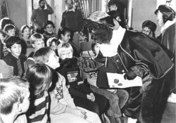 Zwarte Piet vroljkt de actie jeugdtandverzorging op de Gabrielsschool op. ca.1984 http://www.thuisinbrabant.nl/object/bhic/bhic_col1_dat263212