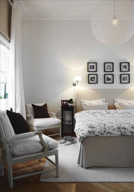 Allt i Johannas och Lulzims sovrum är vitt och turkost, utom ranunklerna från trädgården. Väckarklockan köpte de på en marknad i Italien.