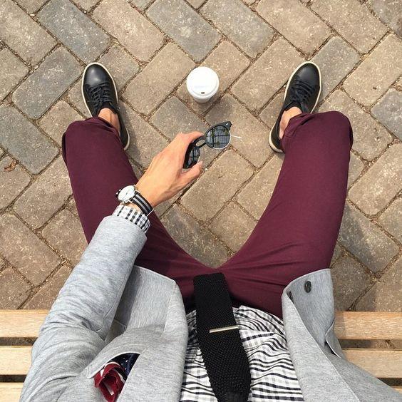 Como Usar Terno com Tênis? Macho Moda - Blog de Moda Masculina: Como usar Terno com Tênis? Dicas para Usar e Pra Inspirar. Moda Masculina, moda para homens, roupa de homem, roupa de homem 2017. Blazer Cinza, Gravata Preta, Camisa Xadrez, Calça Vinho Masculina, Calça Burgundy Masculina, Meia Invisível, Tênis Preto e Branco.