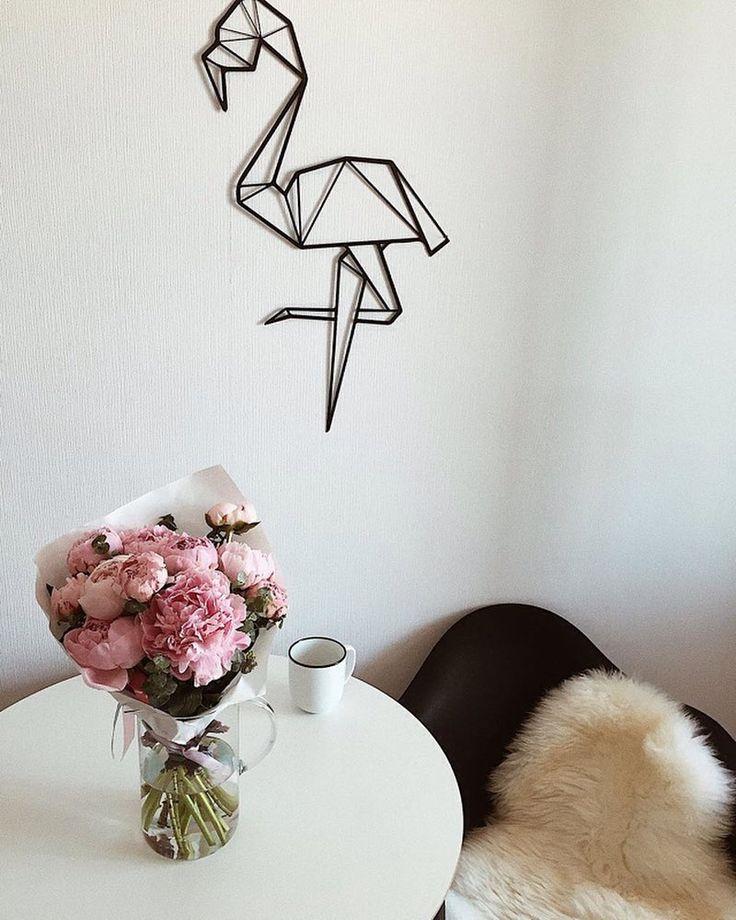 """Всегда очень приятно наблюдать за преображением интерьера! А когда это дом @nysvetka , это просто❤️  """"И продолжим тему декора , помните ? Давно спрашивала где купить обычный круглый стол ?) так вот , обошла все и нашла идеальный в ikea , а этот фламинго , который отлично дополнил белую стену на кухне от @metallwall , спасибо ребята , я его обожаю )❤️""""  ________________  #metallwall #настенныйдекор #идеидлядома #flamingolovers #whiteaddict"""