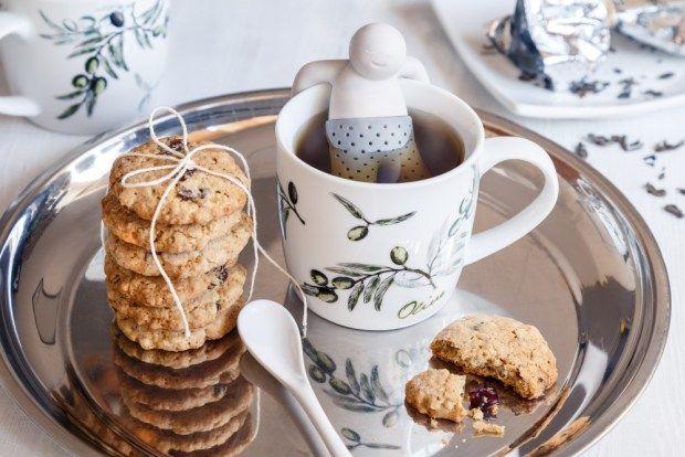 Hledáte recept na sušenky, které budou ihned křehké, ale zároveň vydrží v kondici i uskladněné? My už ho našli. A připravte se na vaření dobrého čaje. Sušenky jsou s nimi vážně nejbáječnější.