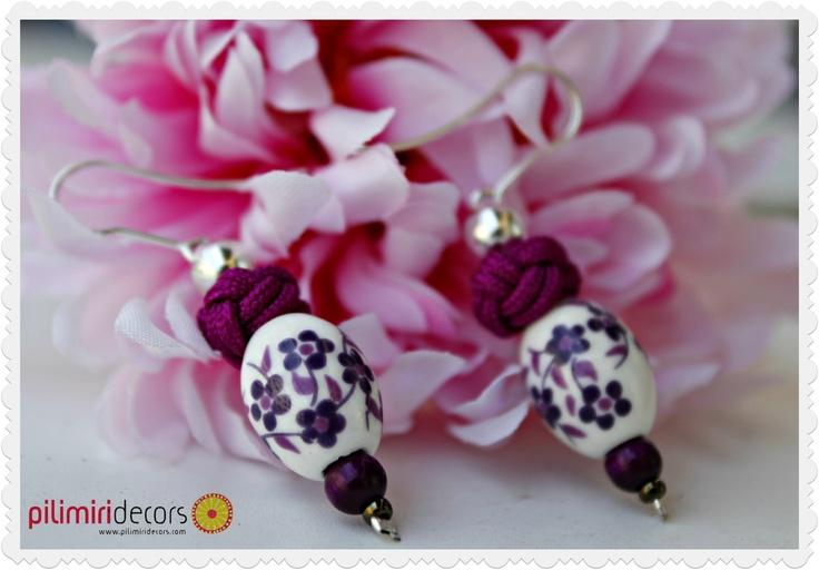 Pendientes de cerámica decorados con flores en colores morados y berenjenas a juego con el nudo turco.