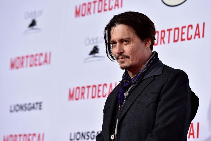 Acteur Johnny Depp staat niet graag in de schijnwerpers, maar voor één keer maakt hij een uitzondering. Hij bezocht namelijk een kinderziekenhuis in Australië, verkleed als zijn Pirates of the Caribbean karakter Jack Sparrow.