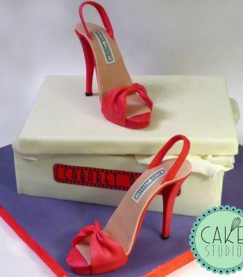 torta con sandali e scatola da scarpe