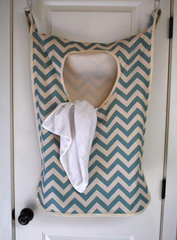 sac à linge à suspendre à la porte de la buanderie  http://www.homelisty.com/petite-buanderie/