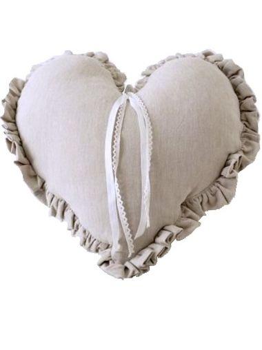 Kudde Hjärta med volang linnefärgad pärlemorknapp och spets