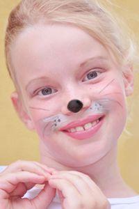 Mickey Maus, die Sendung mit der Maus oder einfach süße Maus? Mit dieser Kinderschminken-Vorlage verwandeln Sie Ihr Kind in ein kleines Nagetier. Dazu passen Kleider schwarze, weiße oder graue Kleider und große Mäuseohren. Durch die Schminke wird das Kostüm perfekt.