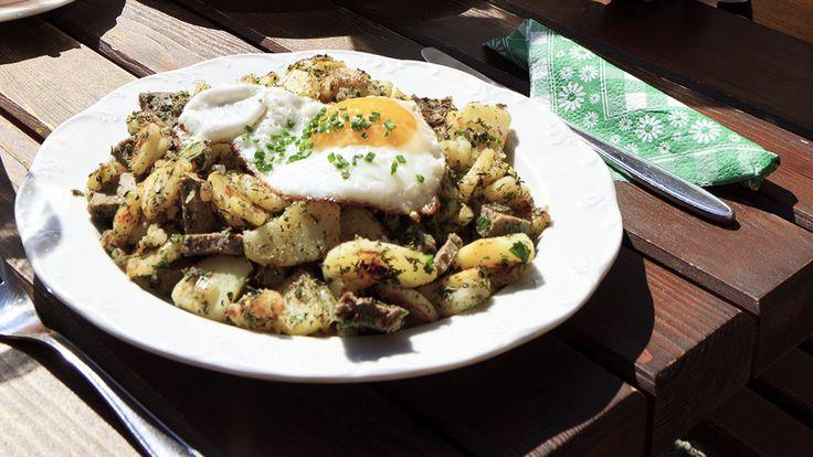 """Le """"Tiroler Gröstl"""" est un plat traditionnel autrichien mélangeant pommes de terre et petits cubes de viande de bœuf ou de porc, le tout revenu dans la poêle avec du beurre et des oignons."""