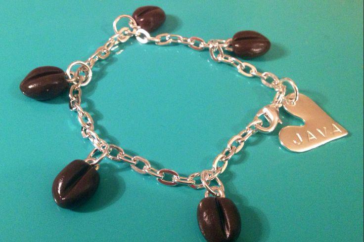 Armband med kaffeböna-berlocker, cirka 1 cm, med budskap JAVA. Silverfärgad kedja cirka 21 cm.