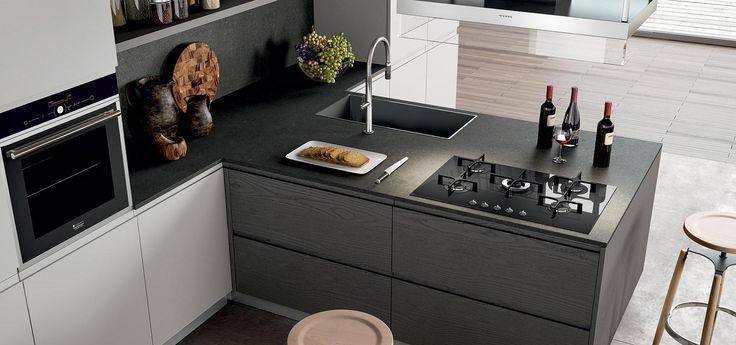 Cucina Moderna - Wega Finitura impiallacciato rovere grigio e laccato nebbia opaco | Piano in Okite gray stone finitura aida http://www.arredo3.it/cucine-moderne/cucina-moderna-wega/