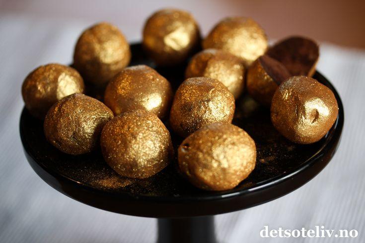 Sponset innlegg. Her har du noen luksuriøse sjokoladetrøfler med smak av likøren Baileys. Baileys finnes jo etter hvert i flere ulike smaksvarianter, og disse lekre konfekttrøflene kan lages med alle av dem. Den glamorøse stilen kommer av gullfargen på kulene. Gullglitteret får du ved å rulle sjokoladetrøflene i gullfarget kakestøv fra Mill & Mortar. Kakestøvet finnes også i fargene sølv og bronse. Et av de stiligste kakeproduktene jeg har sett! Baileyskulene har lang holdbarhet, så disse…