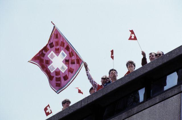 Fans der Schweizer Fussball-Nationalmannschaft auf der Zuschauerterrasse in Zürich-Kloten