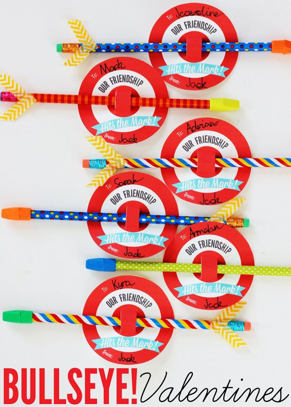 Adorable! Bullseye valentines with free printables. A great candy-free classroom treat idea!
