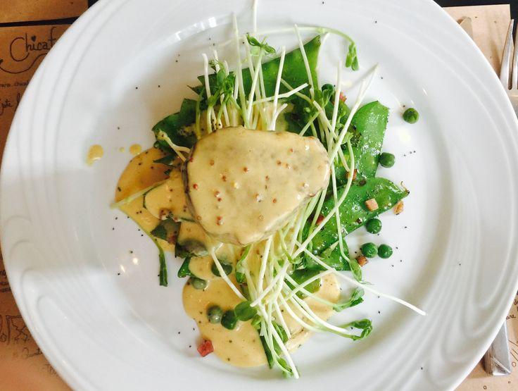 Filé mignon com molho mostarda, ervilha torta, bacon e brotos. Chicafundó. Simpático restaurante na av. Independência, 1005.