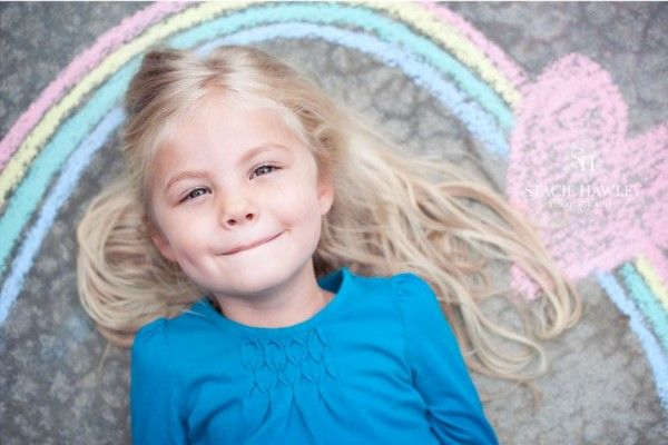 Liggend op de grond met een mooie krijttekening foto pose idee voor kinderen | inspired - if only I could get A to lie still and smile | #photo #pose #idea #children
