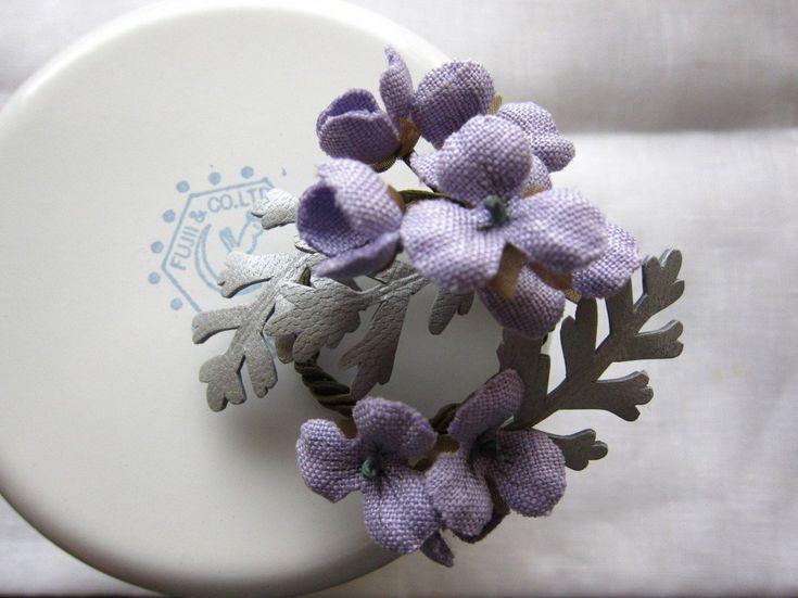 すみれと白妙菊のリースコサージュ