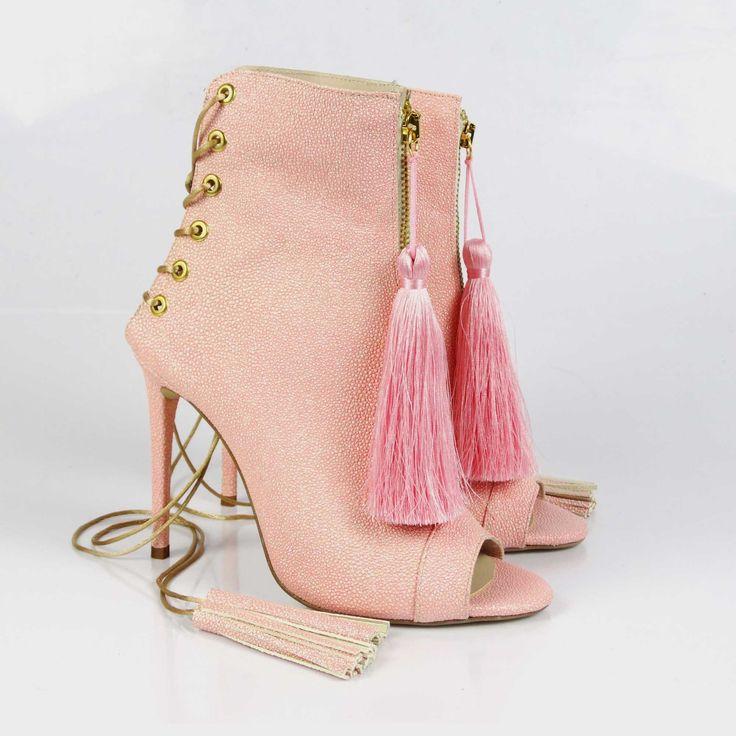 Sandale de damă Mineli Glam Tassels Rose Golddin piele naturală camoscio ornamentate cu ciucuri roze gold ce vor da un aer oriental, dar totodată sofisticat ținutei alese, transformând această pereche de sandale într-un accesoriu statement. Înălțime toc: 10,5 cm.