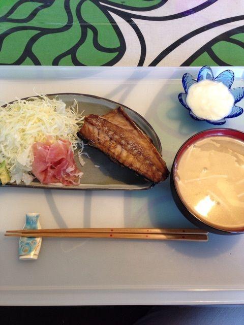 昼:鯖の塩焼き       サラダ(キャベツ・生ハム・アボカド)        お味噌汁(えのき・大根・豆腐)        無糖ヨーグルト(大さじ1)