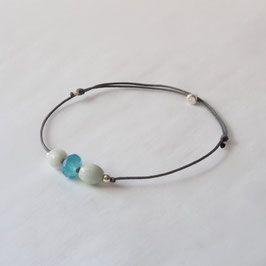 Armband mit Aquamarinen und Chalzedon Zartes Armband mit 925er Sterlingsilber, zwei Aquamarinen und einem facettierten, blauen Chalzedon in der Mitte. Größe verstellbar Unikat