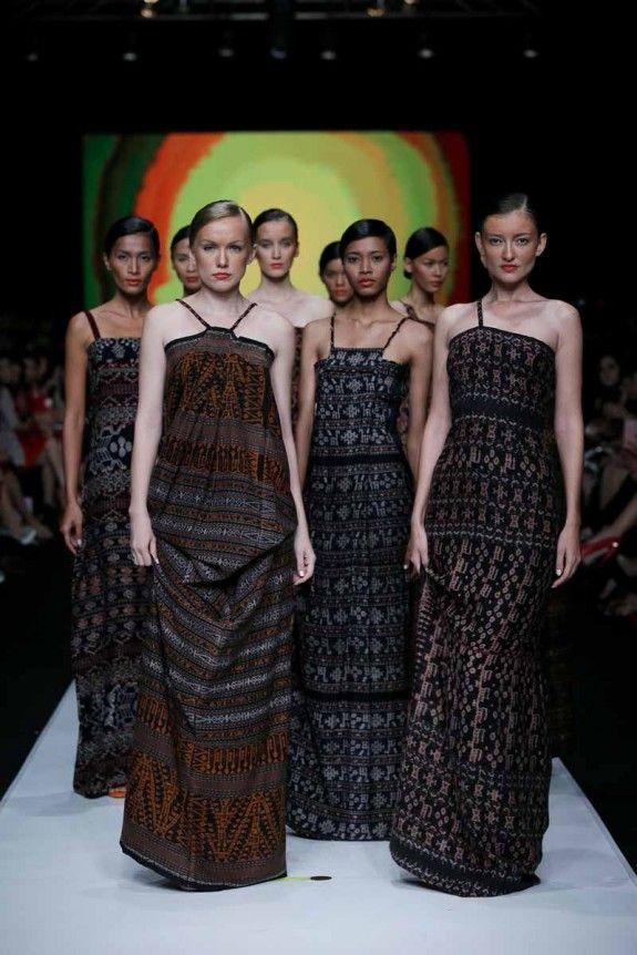 Jakarta Fashion Week 2014: Oscar Lawalata | modern ikat dresses