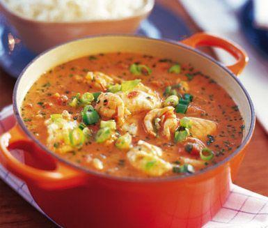 Utsökt fiskgryta med räkor, salladslök, laxfilé, chilifrukt och örter som persilja och koriander. Räk- och fiskgryta (Moqueca de Camarâo) är en relativt lättlagad gryta som lätt faller dina gäster i smaken.