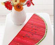 """Подставка под горячее """"Арбуз"""" / Английский дизайнер Шелли Робсон предлагает так использовать остатки ткани. Продольные красные полосы, сшитые по прямой, добавление """"семян"""" и зеленой границы – и подставка под горячее """"арбуз"""" к использованию готова. Сшить продольно остатки полоски ткани шириной около 1 см. В середину """"скибки"""" положить синтепон, или любой другой прокладочный материал. Вырезать из сшитых полос форму скибки арбуза."""