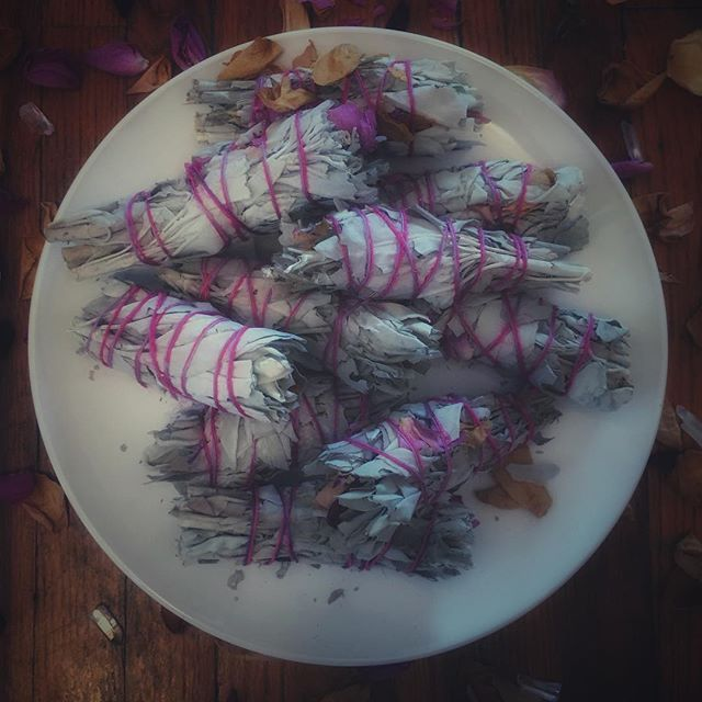 A plate full of Self Love. Sage and Rose petal smudge bundles... because nothing warms the heart more than the sweet smell of smouldering roses 🌹🥀🌹 #loveyourself #smudge #sevensistersritual #sevensisters #herbalism #traditionalwitchcraft #witchesofinstagram #witchcraft #sacredsmoke #etsyshop #etsy #witchshop #roses #sage #waxingmoon 🔮Be sure to check out previous post for our current #sevensisters1k GIVEAWAY! 🔮