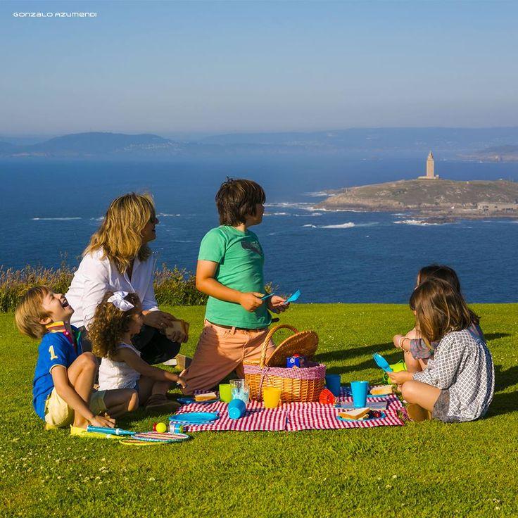 Si quieres un viaje inolvidable para toda la familia en A Coruña podrás hacer planes que le encantarán a los más pequeños, como un picnic en el Monte de San Pedro, con la Torre de Hércules de testigo.