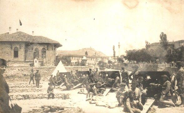 Belki İlk kez göreceğiniz 29 fotoğrafKurtuluş Savaşı - Meclis önünde topçular
