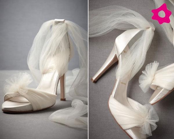 Hermoso!  #novias estos zapatos con tul se anudan a los tobillos, para un look de ensueño via: Bodaclick