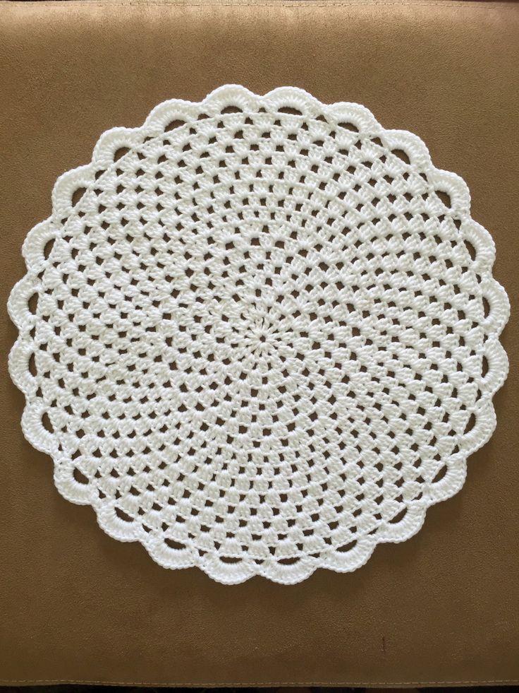 Lindo souplast de crochê! Perfeito para enfeitar a mesa para um momento especial. O souplast mede 30 centímetros de diâmetro, e é feita com linha de algodão marcerizado. É uma linha grossinha e super macia, diferente do souplast feito de barbante. Você pode escolher as cores que preferir! Es...