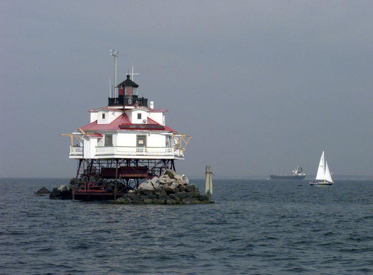 The Thomas Point Shoal Lighthouse in Chesapeake Bay, Maryland, USA. Guardia Costera EE.UU. Es un histórico faro, de forma hexagonal y construido en madera. Ubicado en la Bahía de Chesapeake, es el único en la Bahía que se encuentra en su sitio original. Su historia se remonta a 1825, año en el que se construye inicialmente en piedra, pero  en 1875 fue levantado sobre pilones entrecruzados. En 1877 el faro cayó a causa del hielo y fue reconstruido,