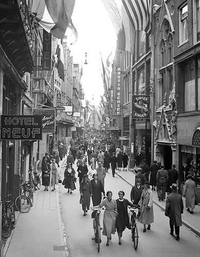 Kalverstraat vlagt ter gelegenheid vh huwelijk van Juliana en Bernhard...