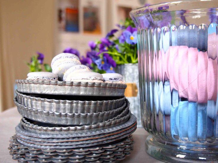 Wiosenny stół wielkanocny - chłodne, pastelowe odcienie, przejrzyste szkło i surowy metal także potrafią stworzyć uroczą, wiosenną kompozycję