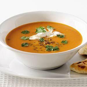 Rasp de wortelen, hak de gember fijn en snipper de uien. Zet een soeppan op het vuur en verhit daarin de olie. Bak de gember, knoflook, uien en laurierblaadjes totdat de ui zacht is. Schenk de groentebouillon erbij en voeg de geraspte wortelen toe. Zet het vuur laag en laat ongeveer 20 minuten pruttelen. Voeg dan de rode linzen en de kruiden toe. L