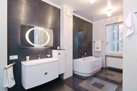 Salle de bains avec lavabo intelligent élégant et d'une baignoire et d'un miroir élégant et une vitre.