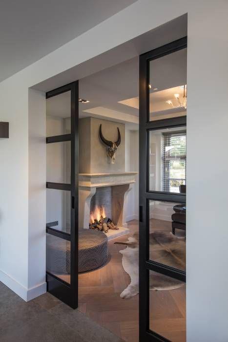 Stalen deuren: moderne Woonkamer door Medie Interieurarchitectuur