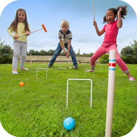 Zestaw do gry w krokieta marki Plum to godziny świetnej zabawy w ogrodzie lub na plaży. To również doskonały pomysł na wspólną zabawę rodziców z dziećmi. Zestaw wykonany jest z najwyższej jakości drewna z certyfikatem FSC®. Jest silny i wytrzymały o idealnych rozmiarach dla dzieci. Zestaw zawiera  cztery kolorowe drewniane młotki, 4 kolorowe kule, 4 metalowe bramy, 2 drewniane słupy.