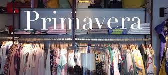 Tienda de ropa joven: La actividad que desarrolla este negocio es la comercialización de prendas de vestir y complementos de moda juvenil.