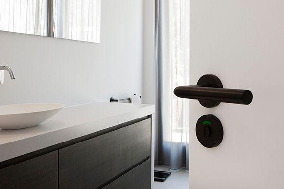 Afbeelding van wit geschilderde deur met zwart deurbeslag van Intersteel
