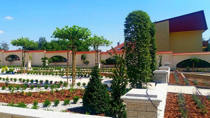 Elegancki ogród o zabudowie tarasowej. Ogrody Kielce. Projektowanie ogrodów Kie