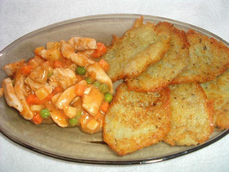 Kuracie mäso so zemiakový mi plackami - Brambory nastrouháme, vymačkáme vodu, zasypeme jemně moukou, přidáme koření a smažíme menší placky.  Kuřecí směs: Kuřecí nudličky naložíme do...