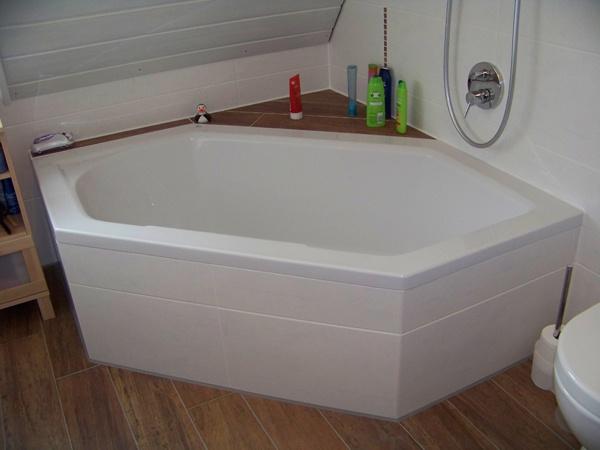 Hoekbad op houtnerf tegels