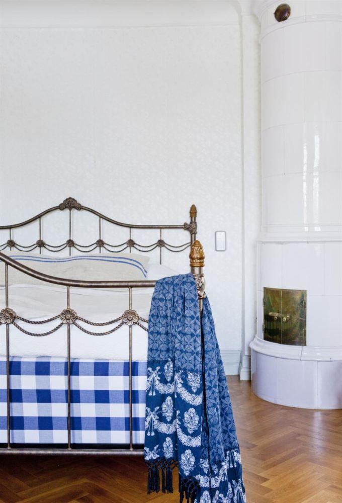 [CasaGiardino]  ♛  Även sovrummet går i blått och vitt. Säng från Hästens och smidesgavlar från Blocket. Pallen på golvet är den ena av två från Cederbergs antikhandel.
