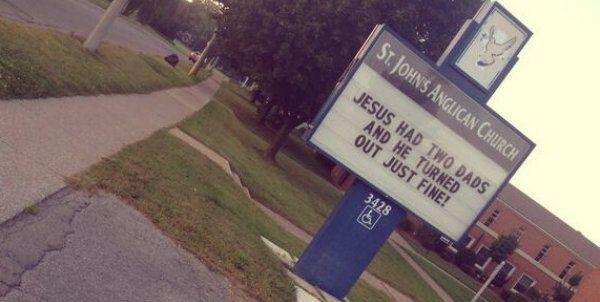 La Saint John, chiesa anglicana canadese in lotta contro l'omofobia, ha deciso di esporre un cartello   http://tuttacronaca.wordpress.com/2013/09/01/gesu-aveva-due-papa-il-cartello-esposto-da-una-chiesa/